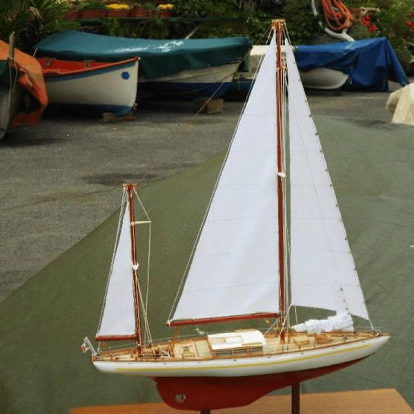 Realizzazione di un modello di barca a vela moderna in scala. Opera artigianale.