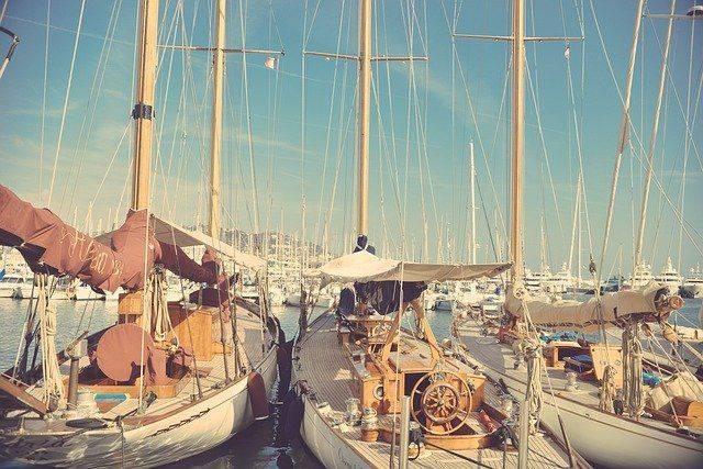 Barche a perdita d'occhio: a vela, a motore, di legno...