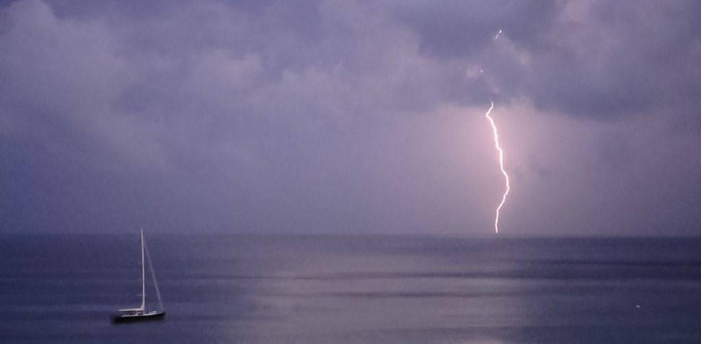 Fulmini in mare, ecco come difendere noi e la barca