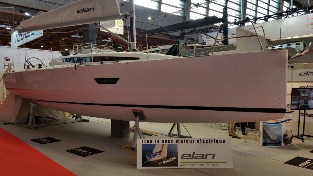 Anteprima mondiale. A Parigi Elan ha portato l'E4 con un'interessante motorizzazione completamente elettrica. Il propulsore è un Oceanvolt SD da 10 kw che, oltre a far muovere la barca, permette di ricaricare le batterie anche mentre si va a vela (grazie alla rotazione dell'elica).