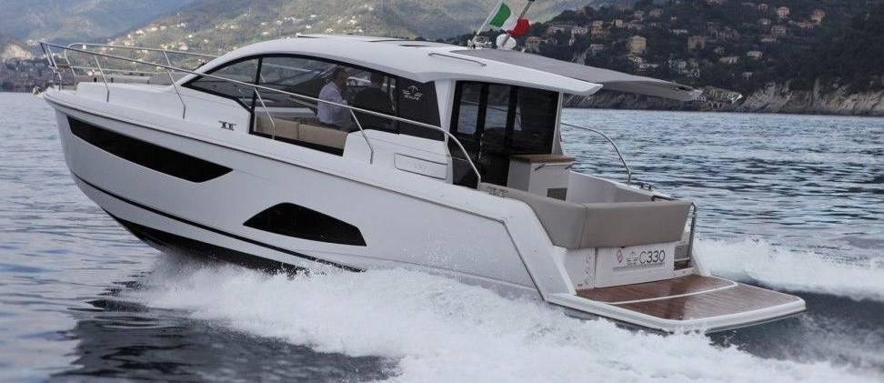 Un natante agile, non troppo impegnativo sia per quanto riguarda il costo iniziale che per le spese di mantenimento. E', soprattutto, una barca veramente centrata sulle esigenze della famiglia in vacanza.