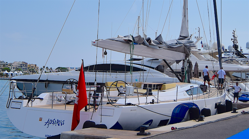 Advanced Yachts A80 a Port Canto