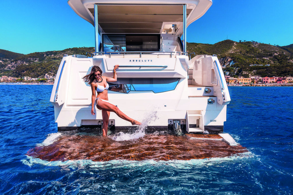 Absolute Yachts 50 Fly spiaggia di poppa
