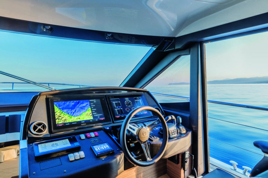 Absolute Yachts 50 Fly consolle