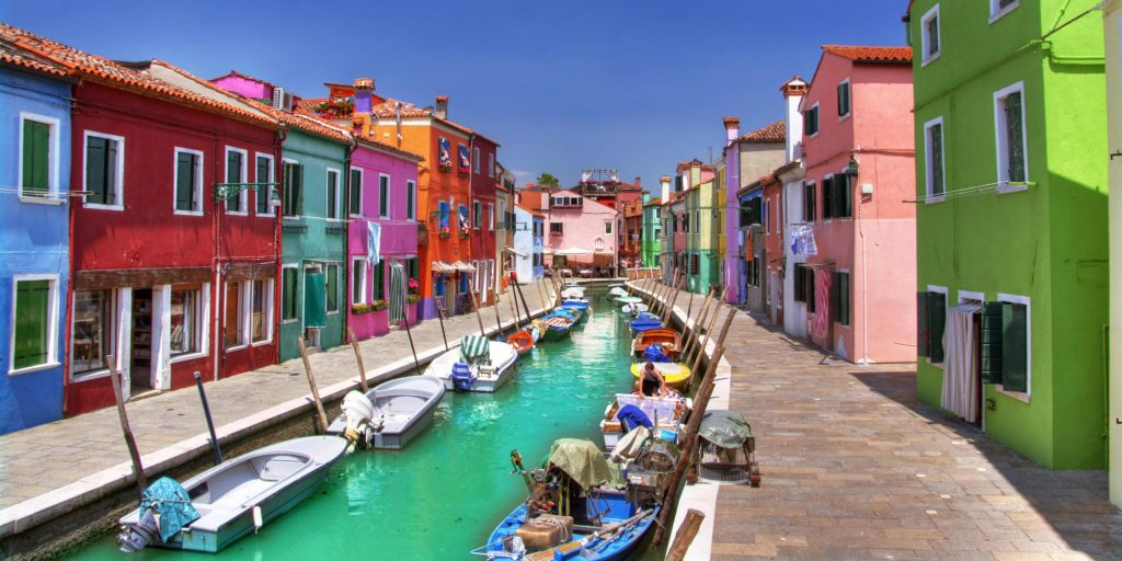colorful Burano Venezia itinerario in barca