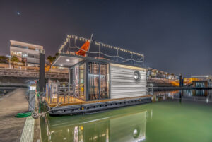 letyourboat house boat by night